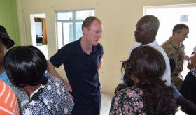 Le gouverneur des Iles Vierges Britanniques visite l'Eglise Adventiste, partage l'espoir avec la communauté