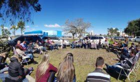 Une congrégation organise des services hebdomadaires en plein air pour entrer en contact avec la communauté